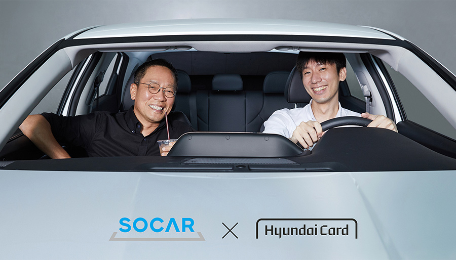 Socar CEO Park Jae-wook, right, and Hyundai Card Vice Chairman Chung Tae-young pose inside a vehicle at the Hyundai Card headquarters on July 22, when the two companies agreed to roll out a private label credit card.