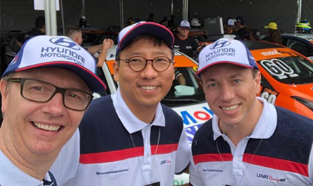 Jungsang Kim (middle) in front of 'COPA HB20,' a racing event which Banco Hyundai Capital Brasil is the main sponsor