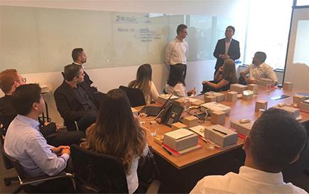 회의를 하고 있는 BHCB 직원들의 모습