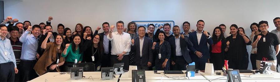 현대캐피탈 본사 직원들과BHCB직원들이 타운홀 미팅을 마치고 단체 사진을 찍고 있다.