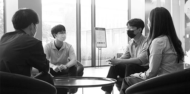 인턴 합격자들이 모여 면접 후기를 나누고 있다(왼쪽부터 오진하,한윤,장제석,신혜원)