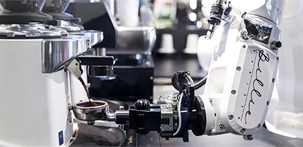 현대카드 바리스타 로봇 빌리가 에스프레소를 추출하기 위해 그라인더에서 원두를 갈고 있다.