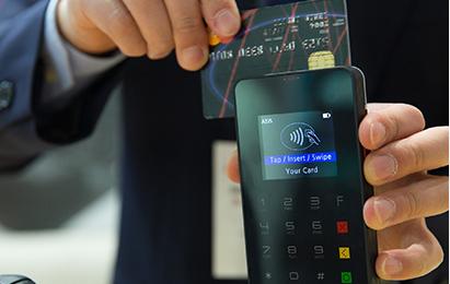 '긁어서'카드 정보를 전송하는 마그네틱 결제는 '카드를 긁는다'는 표현을 만들어냈다. (출처=pixabay.com)