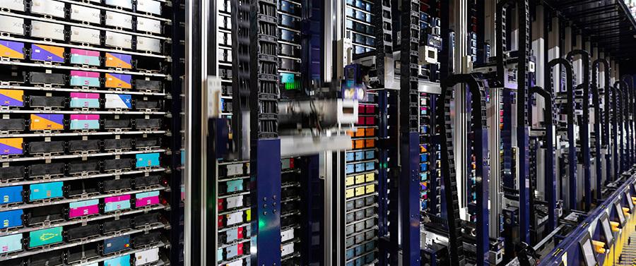 현대카드 카드팩토리에서APS(Auto Picking System)로봇이 카드 제작을 위한 플라스틱 플레이트를 나르고 있다.(출처=Bloomberg)