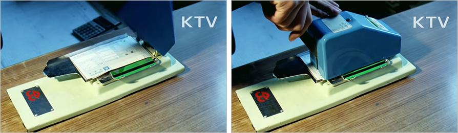 80년대 카드결제 방식. 압인기 위에 카드와 전표를 올린 뒤 압력을 가해 카드정보를 읽어내는 방식이다.(출처='KTV 대한늬우스' 유튜브 캡처)