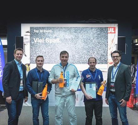 지난2018년HCBE가 독일 쾰른의 자동차전시장인 모터월드에서 개최한 현대차와 기아차 세일즈 우수 직원 시상식에서 수상자들이 기념촬영을 하고 있다.