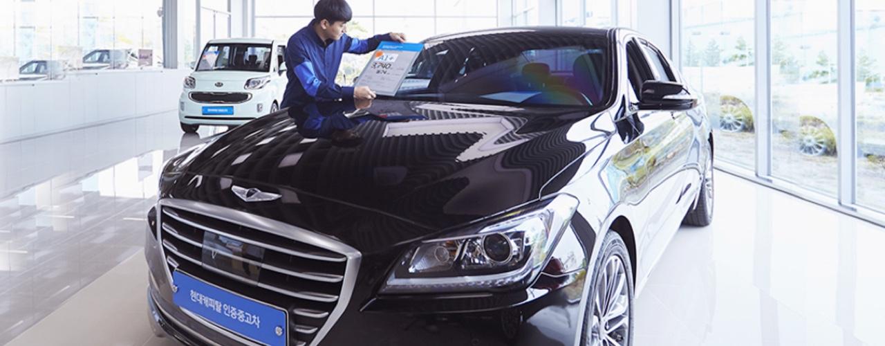 현대캐피탈 인증중고차 전시장에 차량을 전시하는 모습.