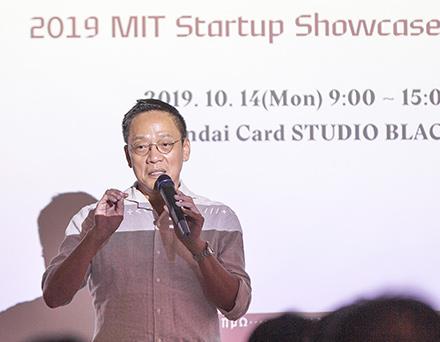 14일 서울 서초동 현대카드 스튜디오 블랙에서 열린MIT Startup Showcase에서 정태영 현대카드 부회장 참석자들에게 인사하고 있다.