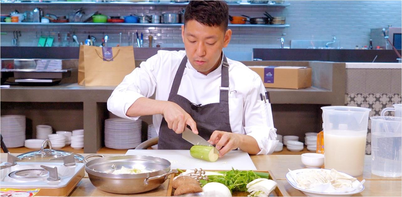 현대카드 홍승우 셰프가 Cooking at home 프로그램 참여자에게 제공하는 요리법 영상에서 재료를 다듬고 있다.