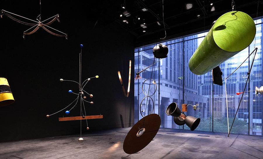 2019년10월21일부터2020년1월5일까지MoMA 4층Marie-Josée and Henry Kravis Studio에서전시되는David Tudor and Composers Inside Electronics Inc.의Rainforest V (variation 1)의설치모습. (출처=MoMA)