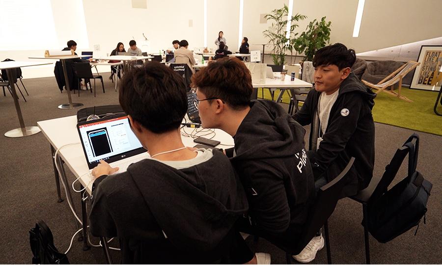 밀참시는 해커톤 방식을 통해 참가자들이 1박2일동안 강당에서 스스로 고민해서 아이디어를 하나의 사업으로 발전시킨다.'쇼미더머니'팀이 참가 당시 밤새 열띤 논의를 나누며 아이디어를 정리하던 모습.