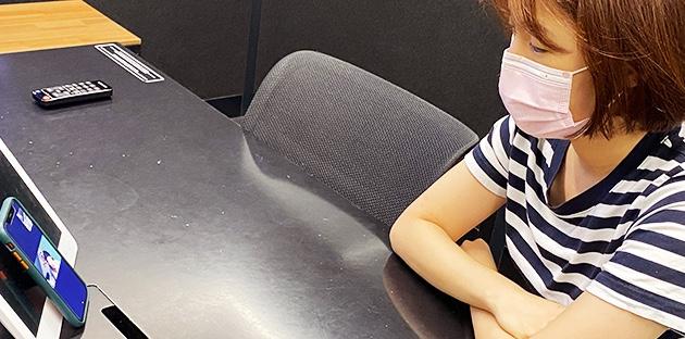 지난 달 18일 권세은 Asso가 사내 회의실에서 비대면으로 심리상담을 받고 있다.
