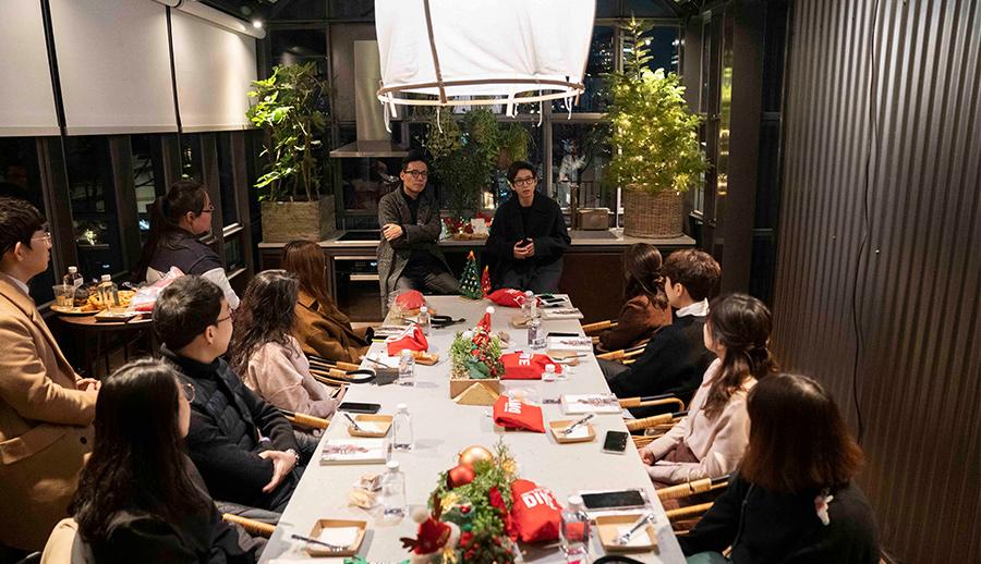 지난달13일 서울 청담동 현대카드 쿠킹 라이브러리에서 열린 다이브 오픈 기념파티'메리 메리 다이브'행사에서 아티스트 봉태규씨(오른쪽에서 다섯번째)가 참석한DIVE이용자들과 대화를 나누고 있다.